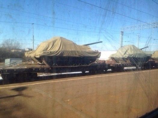 Tank Armata na vlaku