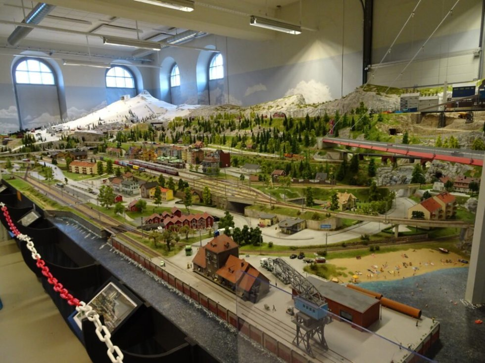 DESIGN YOUR MODEL RAILROAD LAYOUT