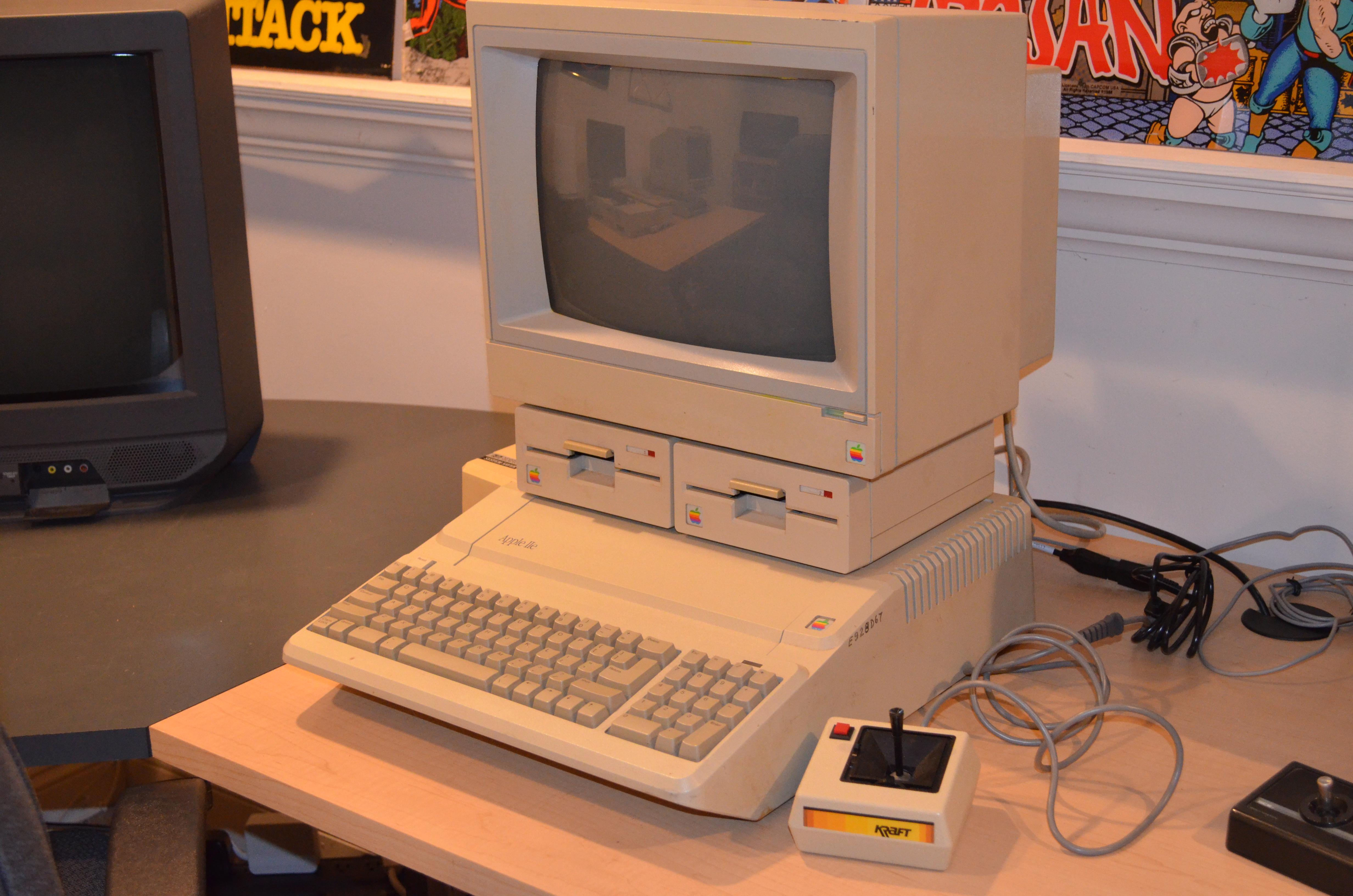 Apple IIe Plantinum.