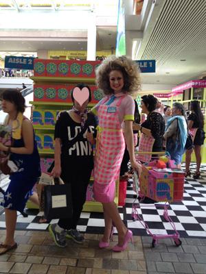 アラモアラの化粧品販売キャンペーンのお姉さん スゴデカッ