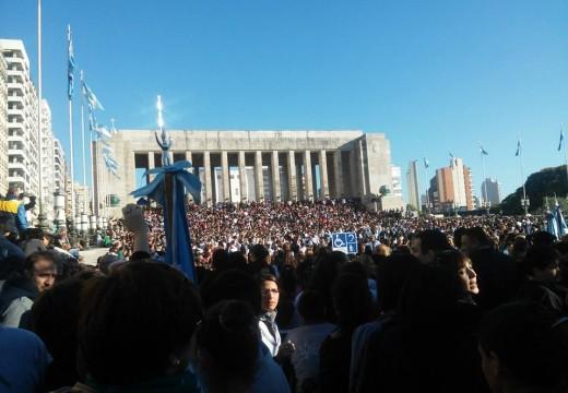 Más de diez mil alumnos primarios santafesinos juraron la bandera en el Monumento.
