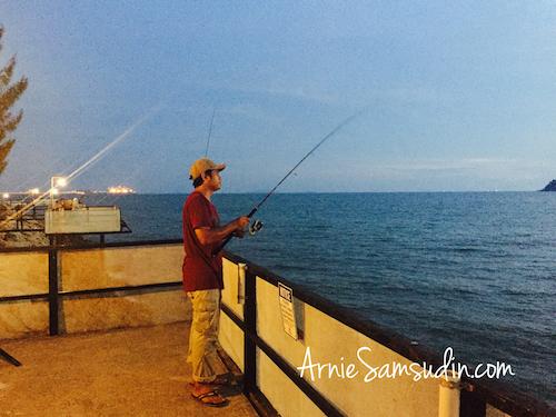 rockbund-fishing-chalet-memancing-malam