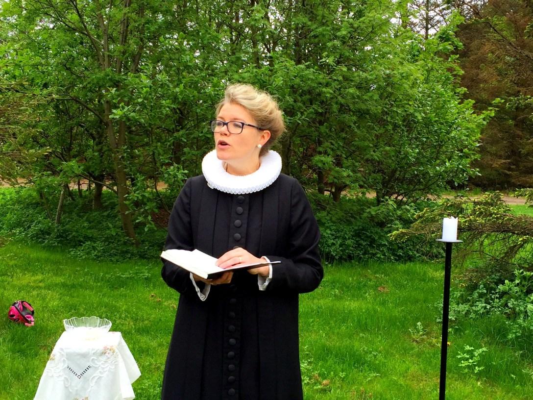 Kristín Þórunn prédikar í rósagarðinum í Laugardalnum