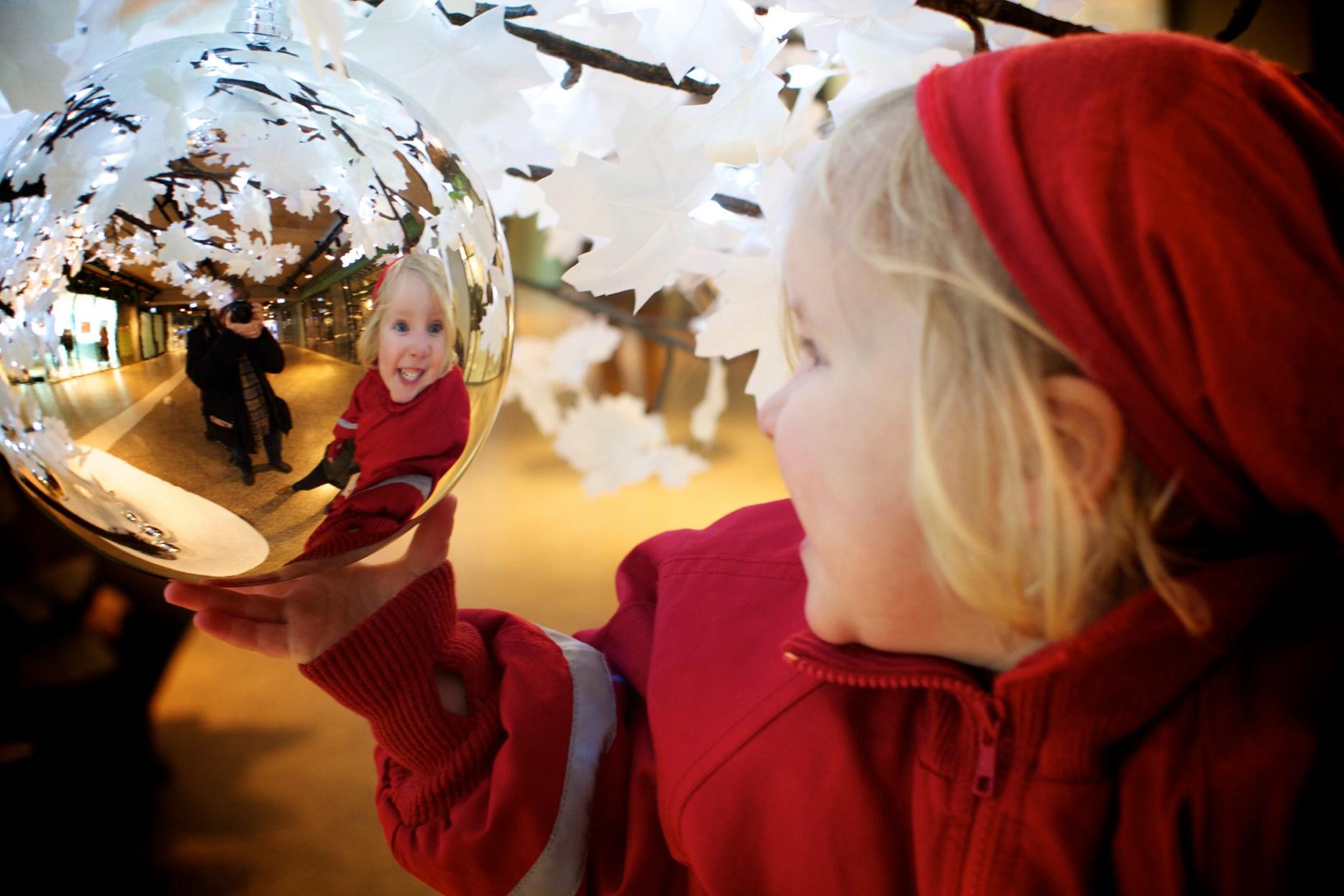 Heiðbjört Anna speglar sig í jólakúlu