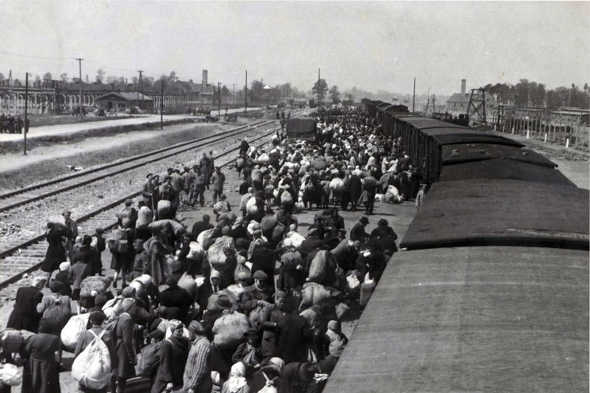 Gyðingar koma til Auschwitz / Birkenau árið 1944. Ljósmynd: Fortepan / Lili Jacob