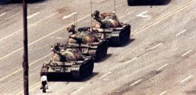 A imagem icônica do massacre da Paz Celestial, Pequim, 1989.