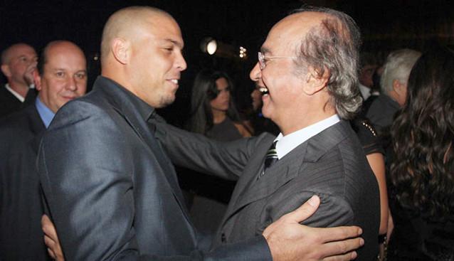 """Ronaldo, o """"puro"""", com o sócio J. Hawilla."""
