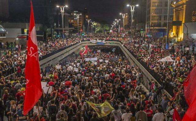 "#ForaTemer: Tai os ""40,50 ou cem manifestantes"" (Foto de Marlene Bergamo)"