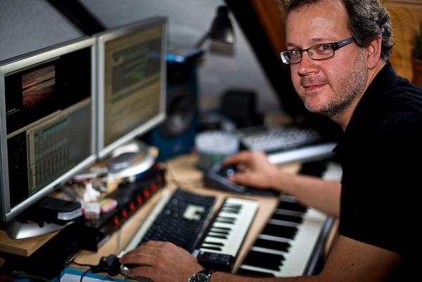 Andreas Braun beim komponieren der Musik - passend zu den Bildern.
