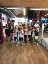 <h5>Boxtraining für Kids von 9 – 12 Jahre</h5><p>Gruppenfoto mit Trainerin Rosvita Maria Cahannes und Trainer Arnold Gjergjaj. Die Kinder haben die Möglichkeit, heden Mittwoch von 15:00 - 16:00 Uhr zu trainieren.</p>