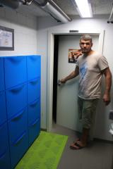 <h5>Vorraum zu den Garderoben</h5><p>Der Hausherr auf Kontrollgang</p>