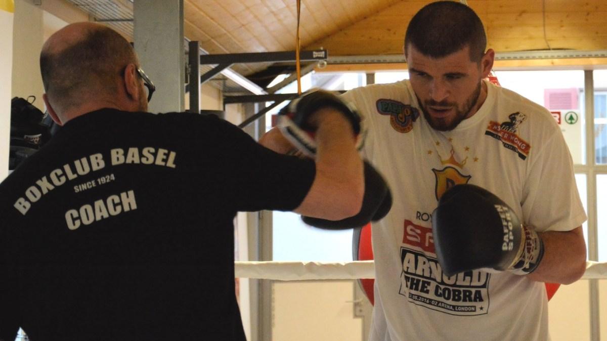 """Arnold Gjergjaj im """"Pratzentraining"""" mit seinem Coach Angelo Gallina."""