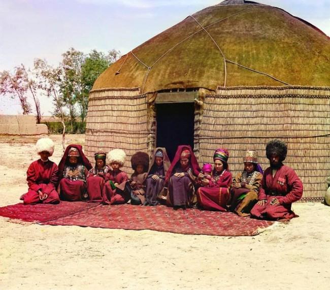 Rodzina przed jurtą