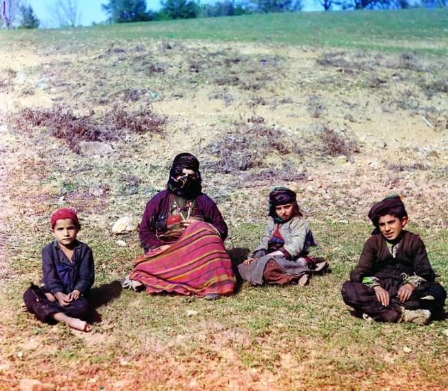 Kurdyjka z dwójką dzieci