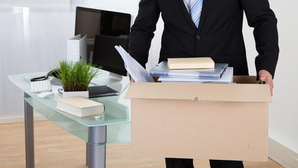 Firmenumzug, Geschäftsmann mit Umzugskarton