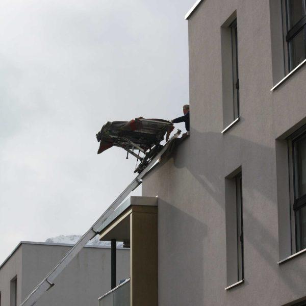 Möbellift im Einsatz an Fassade