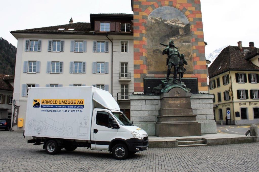 Kleinlastwagen der Arnold Umzüge AG steht vor dem Wilhelm Tell Denkmal in Uri