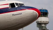 DC3 met de verkeerstoren op de achtergrond, zie je de piloot zwaaien?