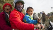 3 generaties op de motor in Kathmandu