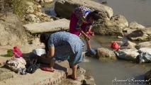 Vrouwen die de was in de rivier doen