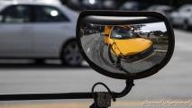Selfie in de spiegel van een schoolbus