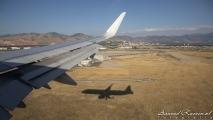 Schaduw van het vliegtuig vlak voor de landing