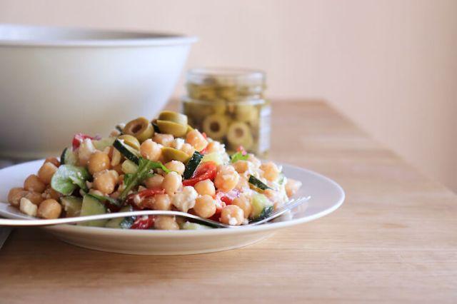 Jednoduchý oběd nebo večeře - zdravý cizrnový salát s fetou a kapkou citronového esenciálního oleje