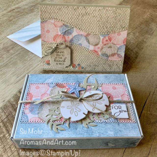 By Su Mohr for Stamping Sunday; Featuring: Friends Are Like Seashells, Curvy Dies, Sand & Sea Designer Paper, Tasteful Texture embossing, Medium Envelopes, Mini paper Pumpkin Box, Braided Linen Trim, Linen Thread, Ornate Frames Dies, Ornate Layers Dies, Seaside Shells Dies; #friendsarelikeseashells #shells #shellsoncards #beach #giftboxes #paperpumpkin #curvydies #giftboxes #handmadecards #handcrafted #handmadegifts #diy #papercrafting #cardmaking #stamping #sumohr #aromasandart #stampinup