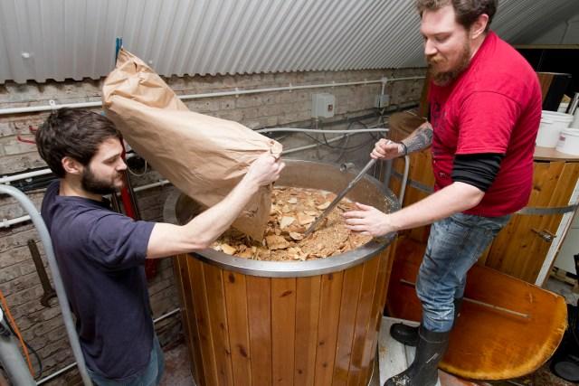 Brasseurs utilisant du pain pour fabriquer de la bière à la brasserie Hackney au Royaume-Uni