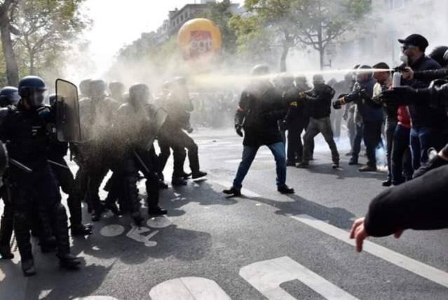 Le service d'ordre de la CGT gaze les gendarmes mobiles suite a une attaque gratuite.