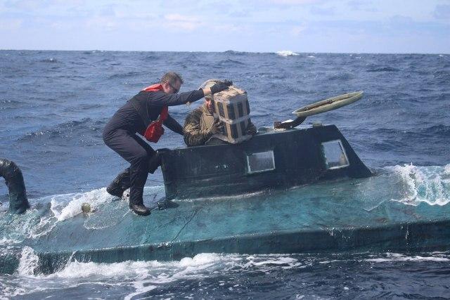 la Garde côtière montent à bord d'un navire de contrebande