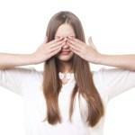 テレビやモニターを見続ける人は疲れ目になりやすい?!疲れ目の対処法を解説!