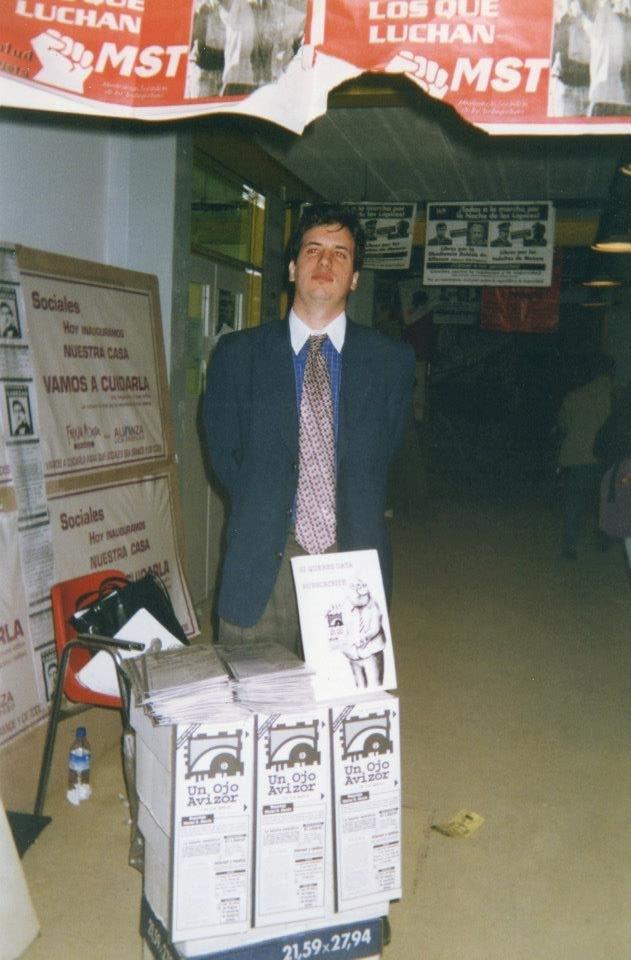 De saco y corbata, vendiendo las revistas en la facultad de Ciencias Sociales (¡qué estilo eh!).