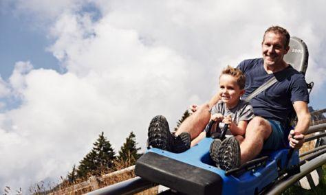 Scendere da una montagna con il bob su rotaia: 10 migliori bob estivi, classifica di Around Family: Alpine Coaster a Merano, Alto Adige.