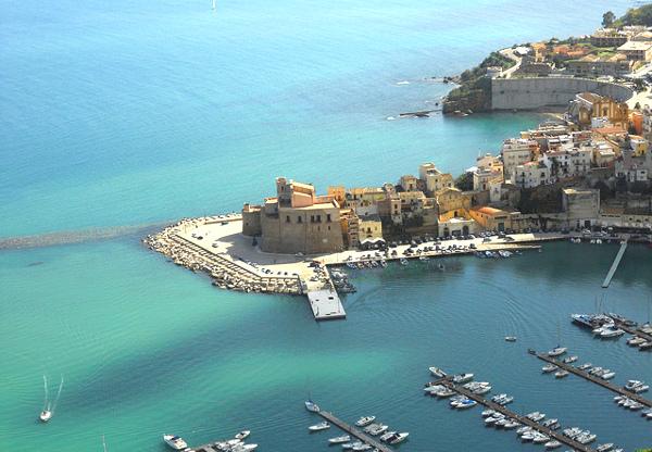 Sicilia con i bambini itinerario trapanese Castellammare del Golfo dall'alto