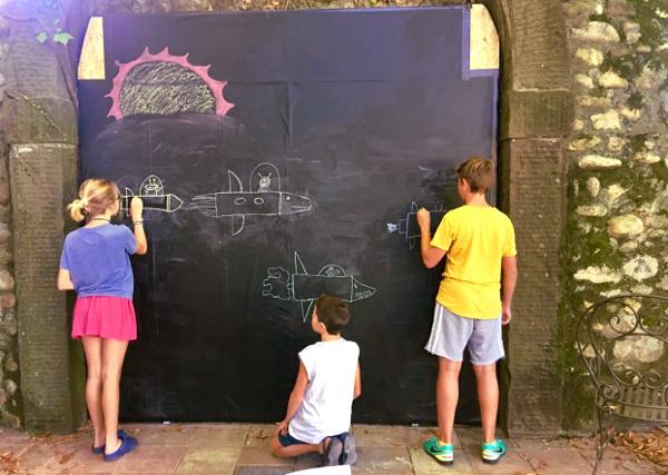 La lavagna per scrivere in giardino alla Casa di Scorta