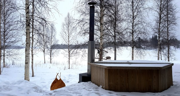 Hot tub at a Cosy Cottage by the River in Rovaniemi
