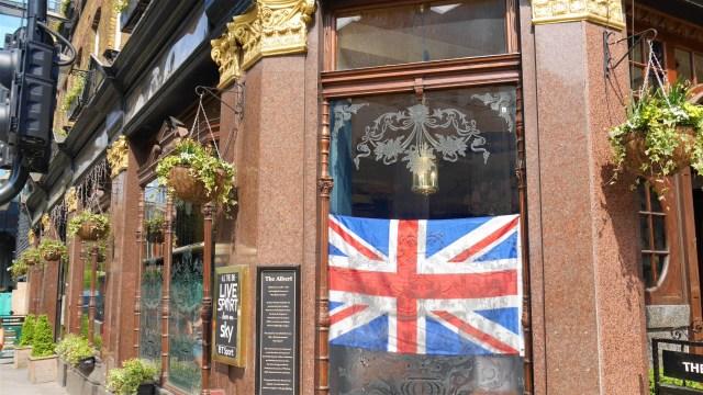 Union Jack Londres street style Arpenter le chemin