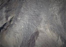 Figuras humanas Dos figuras humanas con tocados y báculos, además de muchas otras indicaciones de figuras no discernibles, en Yunama, en la provincia de Palpa. Foto: Luis Jaime Castillo