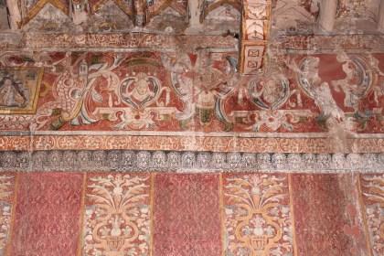 Detalle, murales textiles en Capilla de Nuestra Señora de la Candelaria de Canin- Cunca decoradas con damascos pintadas, 17mo tardío o principios del siglo 18, Provincia de Quispicanchi. Tenga en cuenta la delicada representación de un borde de encaje por encima de las colgaduras de damasco l'oeil trompe