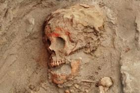 Muchos niños presentan evidencia de que sus rostros se embadurnaron con un pigmento rojo antes de la muerte. El análisis de ADN indica que tanto niños como niñas fueron sacrificados. FOTOGRAFÍA DE GABRIEL PRIETO