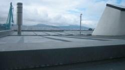 -tejado-plano-zinc-chalet-chimenea-claraboya-redonda-poliester