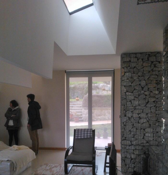 arquitecto-porto-beluso-bueu-estar-lucernario-muro-gaviones