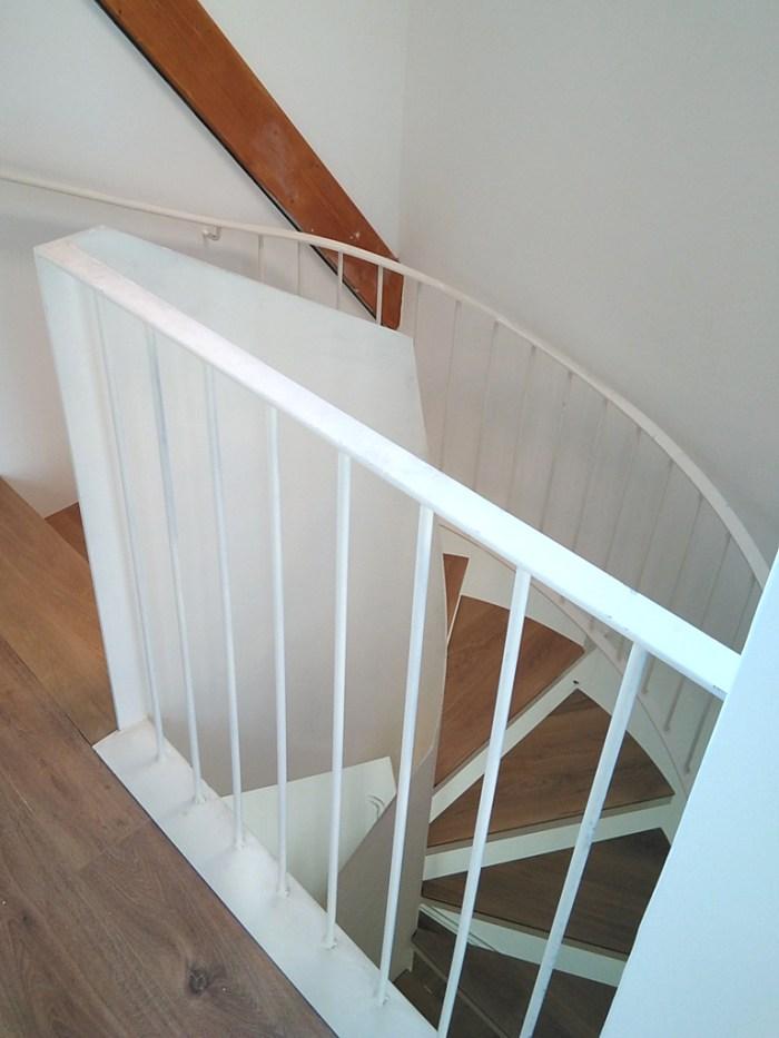 arquitecto-marin-escalera-chapa-acero-lacado-espacio-luminoso-curras