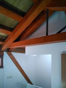 arquitecto-vivienda-atico-marin-pontevedra-claraboya-escaleras-cercha-madera-curras