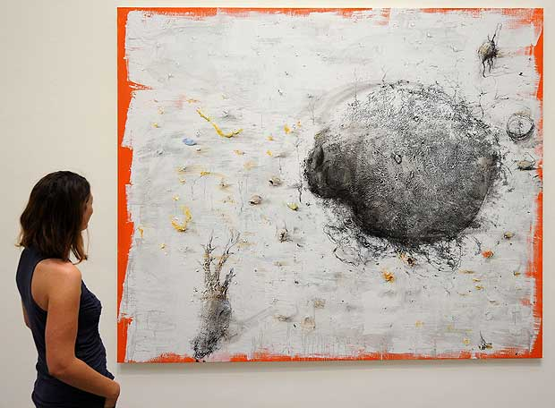Una visitante del pabellón español de la Bienal de Venecia contempla una de las obras de Barceló.