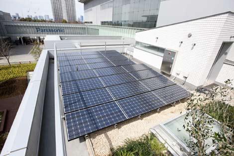 Paneles solares en el techo de la casa Eco Ideas House Panasonic.