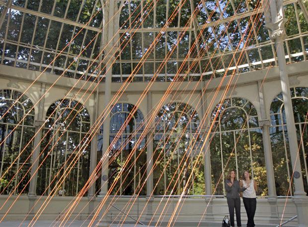 Los haces de hilos iluminados recorren el Palacio de Cristal.