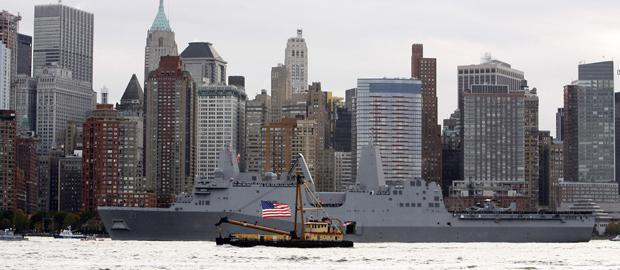 El buque USS New York, con los rascacielos del centro financiero de Manhattan al fondo.- REUTERS