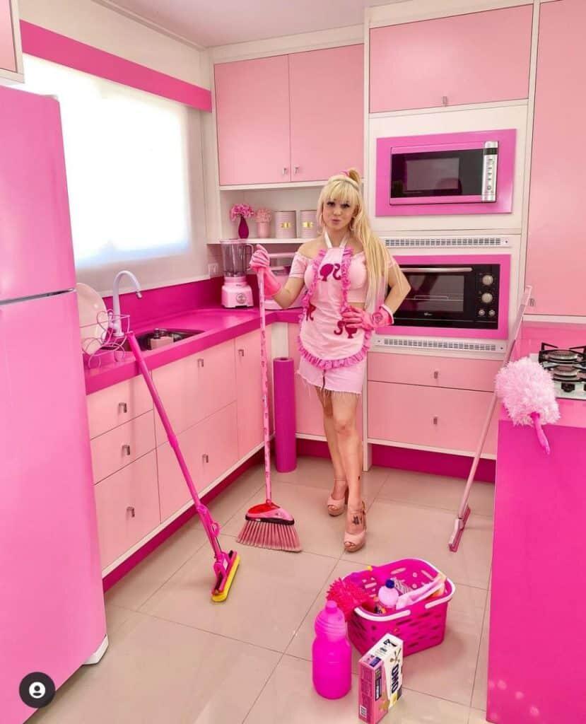 Conheça o mundo cor-de-rosa da Barbie humana de Guaratuba; veja as fotos 13